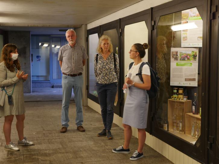 Streuobst-Geschichten in der Unterführung Hindenburgstraße hat eine Bürgergruppe, zu der auch Gisela Grandinetti (3. v.l.) und Thomas Wappler gehören, zusammengetragen.