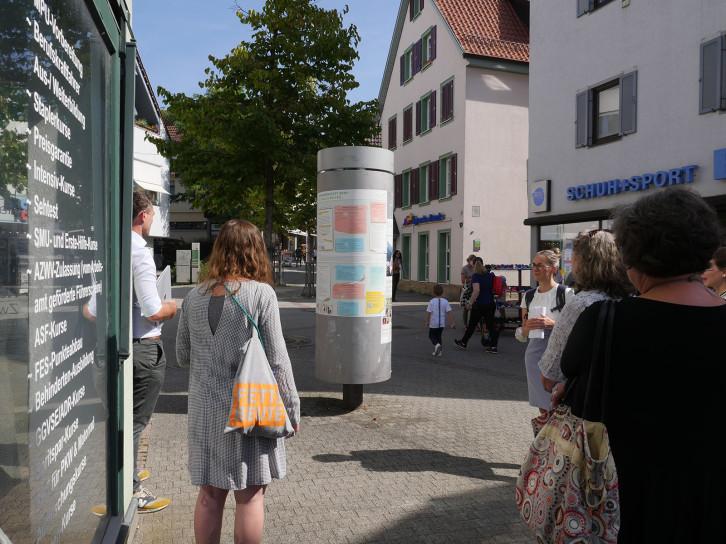 """An der Litfaßsäule in der Bronngasse kann man sich über das Modellprojekt """"Quartier 2020"""" informieren."""