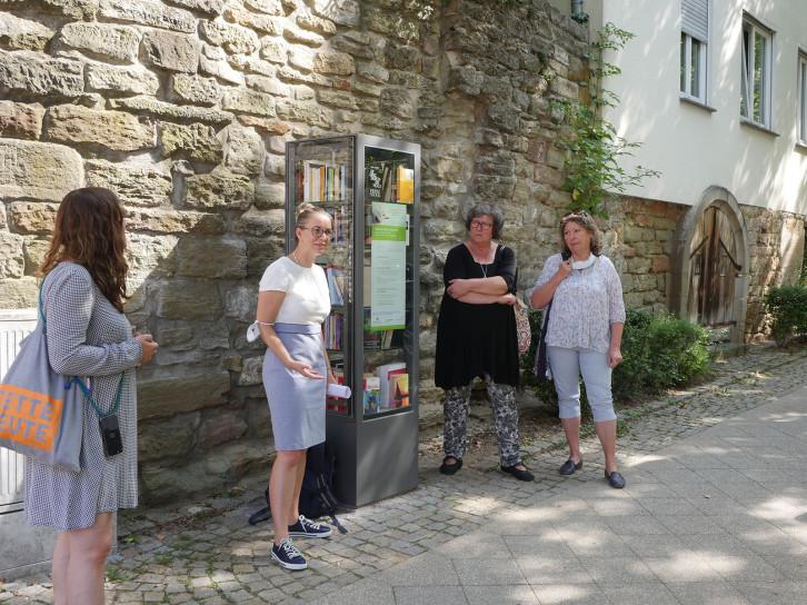 Der Bücherschrank am Unteren Graben wird sehr gut angenommen. Mary Rockenbauch (2.v.r.) und Pamela Strobel (r.) kümmern sich um ihn.