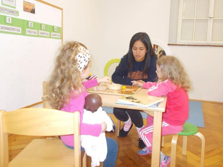 Die Kinder der Kita Mittelfeldstraße freuen sich über die neue Erzieherin Francesca Hildago.