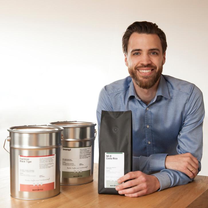 Übernehmer Kevin Bandel mit geröstetem Kaffee