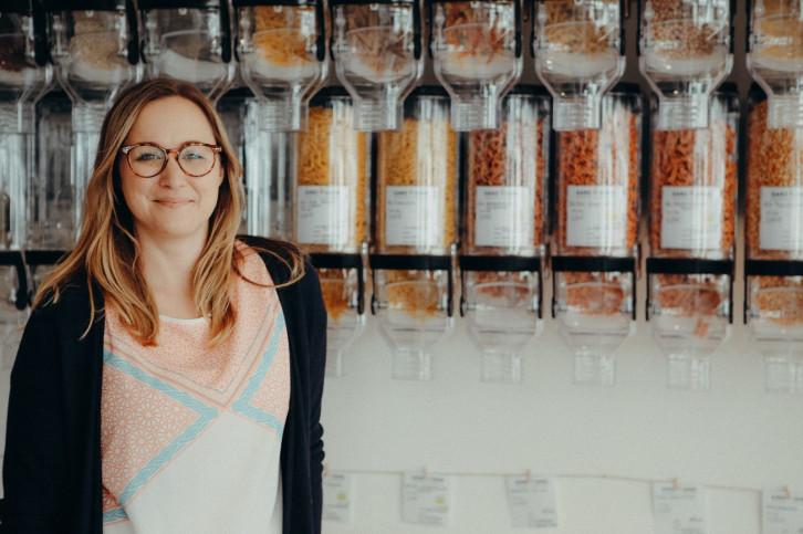 Gründerin Melanie Kupi in ihrem Unverpacktladen