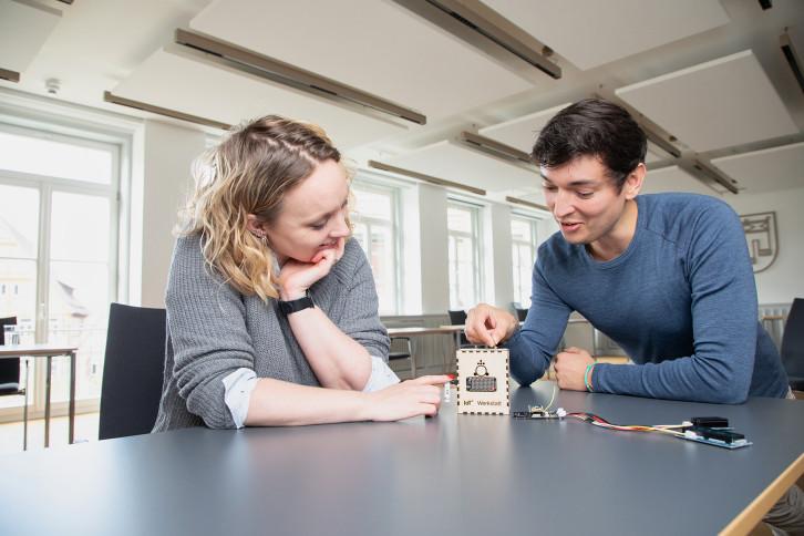 Caroline Küpfer und Martin Machnik, Abteilung Organisation und Digitales, mit einem Bausatz.