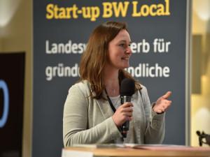 """Charlotte Reichert vom Amt für Wirtschaftsförderung und Kultur beim """"Pitches der Kommunen"""" im Rahmen des Landeswettbewerbs """"Start-up BW Local""""."""