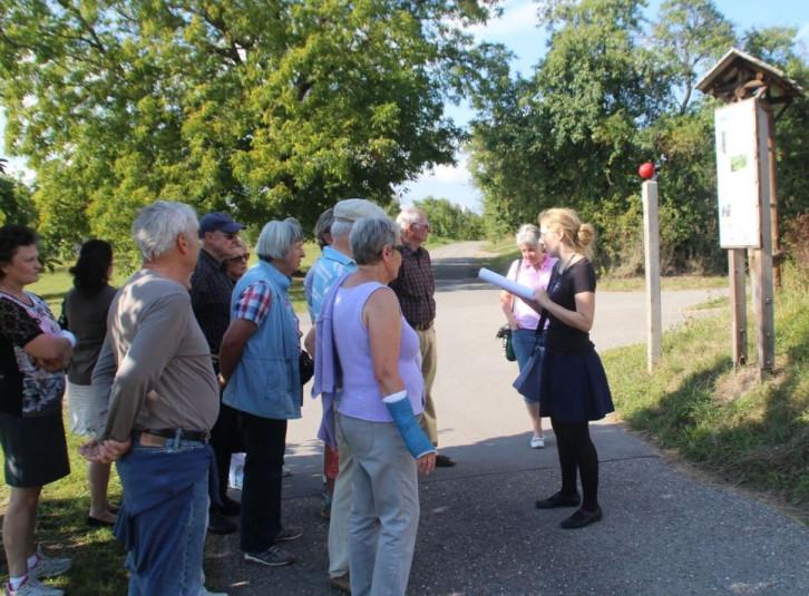 Menschen hören Anne Abelein zu beim Literaturspaziergang
