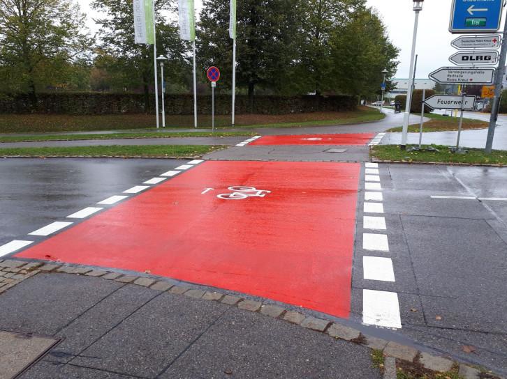 Die neuen Markierungen des Radübergangs an der Kreuzung Jahnweg/Benzstraße sollen das Radfahren sicherer machen.