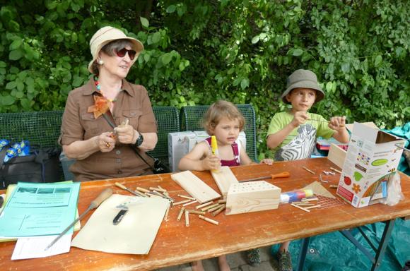 Der Bau einer Nisthilfe für Bienen und Insekten macht Kindern und Erwachsenen Spaß
