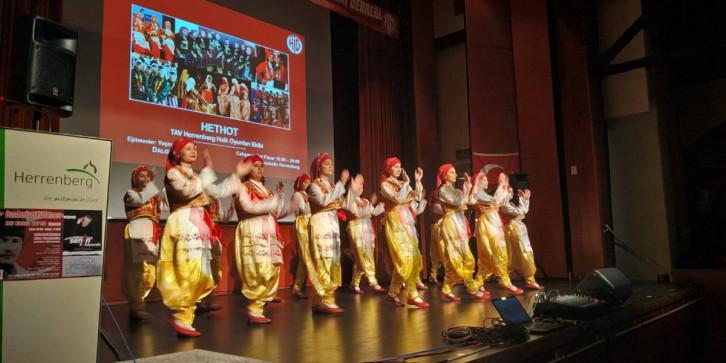 Die Jugendgruppe des TAV beim Tanz in traditioneller Tracht