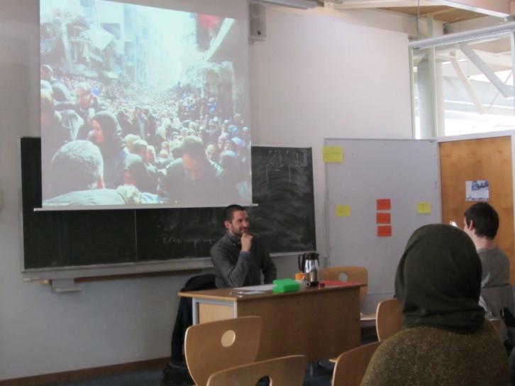 Yasin Adigützel berichtet von seiner Arbeit mit Geflüchteten