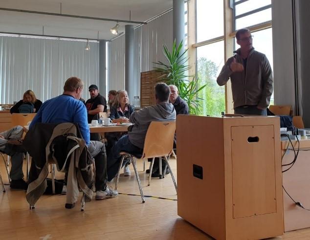 Menschen sitzen beim beim Essen zusammen und unterhalten sich