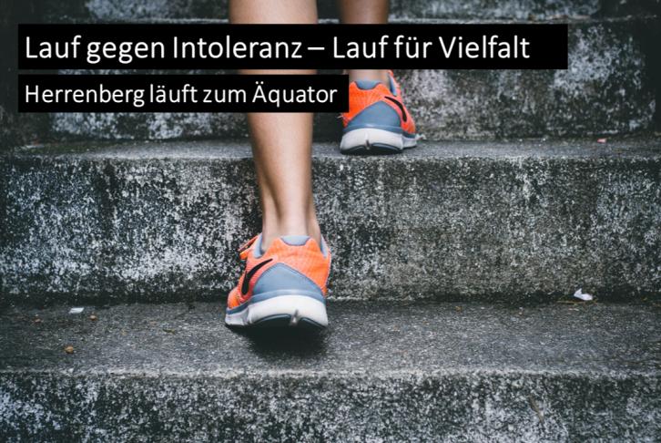 Eine Person mit orange-farbenen Sneakern läuft die Treppe hoch. Überschrift: Lauf gegen Intoleranz - Lauf für Vielfalt. Herrenberg läuft zum Äquator