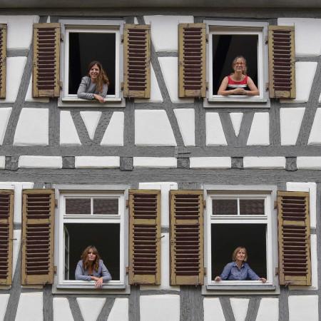 Team BE guckt aus den Klosterhof-fenstern