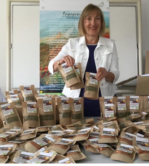 Bozena Smierzchala steht hinter einem Tisch voll mit kleinen Gewürzpackungen, die an die Engagierten verschenkt wurden