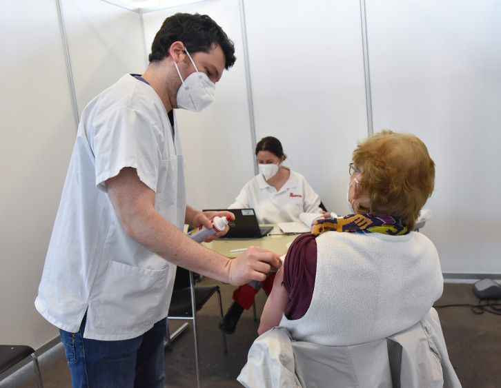 Eine Seniorin erhält ihre Erstimpfung gegen Covid 19 in der Mehrzweckhalle.