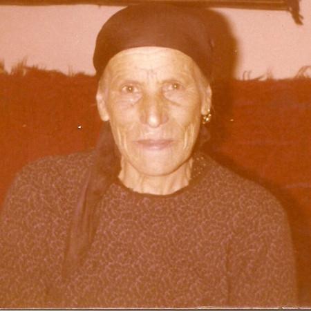 """Das Foto zeigt Lenka Mantsu. Sie gehört der aromunischen Minderheit in Rumänien an und ist die Großmutter von """"Schreibschwester"""" Elena Lenz, die dieser ihr Gedicht widmete."""