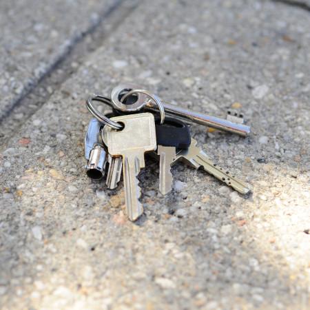 verlorener Schlüsselbund auf gepflastertem Boden